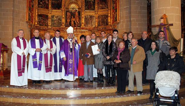 José Azagra Trincado, en el centro, junto al arzobispo Francisco Pérez y familiares