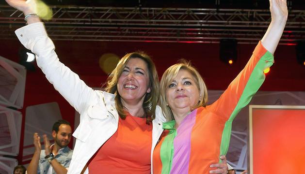 La vicesecretaria general del PSOE y cabeza de lista de la candidatura socialista al Parlamento Europeo, Elena Valenciano (d), junto a la presidenta de Andalucía, Susana Díaz (i), este sábado