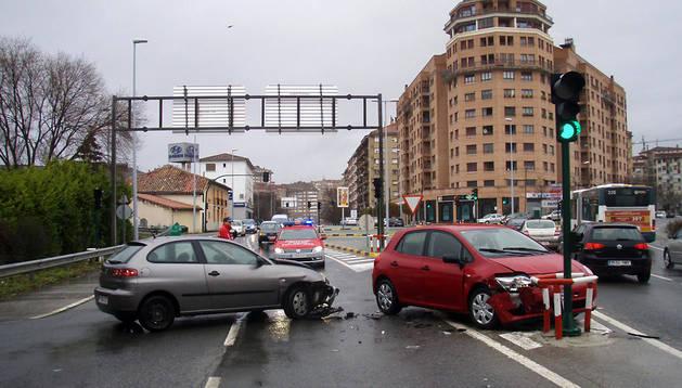 En la imagen una colisión entre dos vehículos en la avenida Zaragoza.