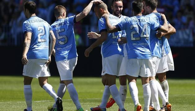Los jugadores del Málaga celebran el gol de Amrabat
