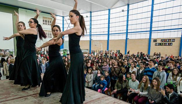 Un momento de la actuación de las bailarinas de flamenco, seguido por numeroso público