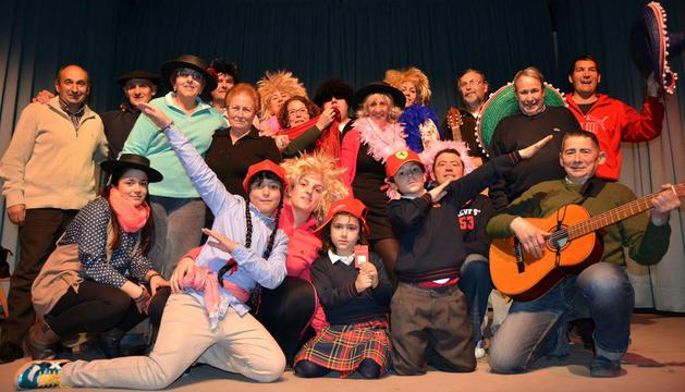 Algunos de los miembros de la Escuela de Jotas de Fitero participantes en el festival