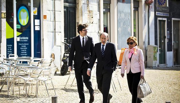 Juan Moscoso, junto a Alfredo Pérez Rubalcaba, durante un viaje a Lisboa.