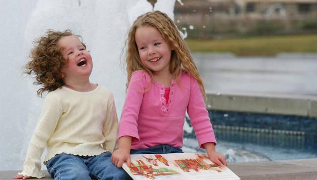 Dos niñas riéndose