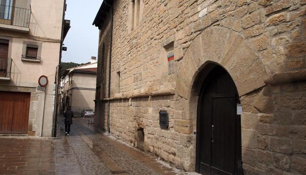 A la derecha, fachada de la biblioteca en la calle San Miguel de Sangüesa