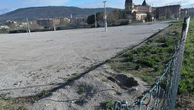 Espacio en el parque de Trinitarios, donde previsiblemente se creará la primera área para acoger autocaravanas en Pamplona