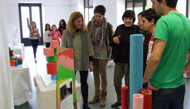 Un grupo de personas contempla varias figuras geométricas y lineales realizadas por los escolares y que se pueden ver en la muestra.e.m.