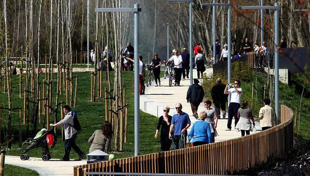 Cientos de paseantes 'estrenaron' el nuevo parque de Arrosadía de Pamplona.