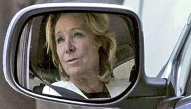 Esperanza Aguirre, reflejada en su retrovisor.