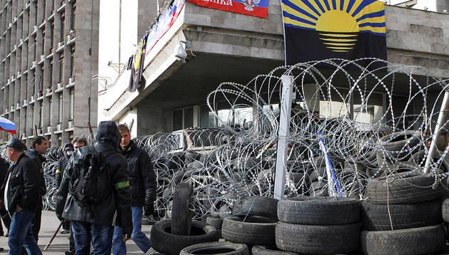 Manifestantes prorrusos en un edificio ocupado en Donetsk