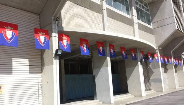 El Sadar se engalana con banderas de Osasuna