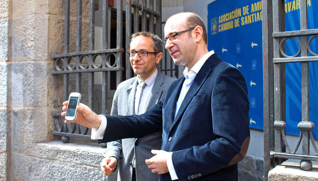 Carlos Mencos, junto al consejero de Cultura y Turismo, Juan Luis Sánchez de Muniáin.