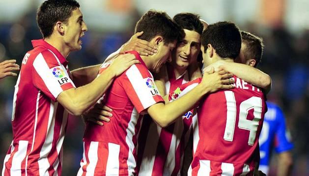 Aritz Aduriz celebra un gol con sus compañeros