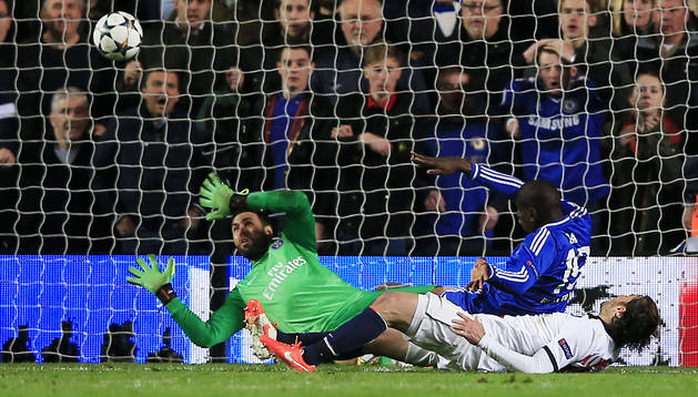 Momento en el que Demba Ba anota el 2-0 que dio el pase al Chelsea