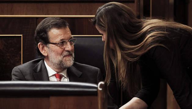 El presidente del Gobierno, Mariano Rajoy (izda.), habla con Alicia Sánchez-Camacho, presidenta del Partido Popular catalán