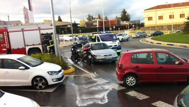 Los Bomberos de Navarra limpian el vial mientras la Policía Municipal dirige el tráfico tras la colisión