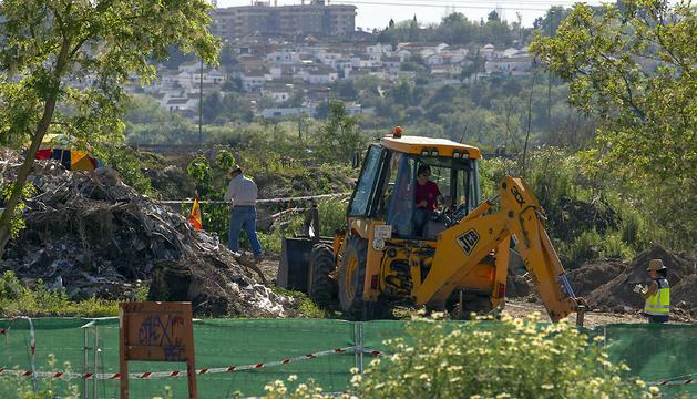 Una excavadora realiza labores de búsqueda de los restos de la joven Marta del Castillo en la escombrera de Camas.