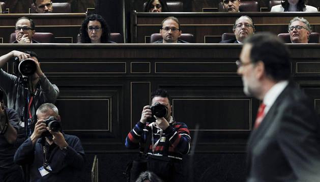 Rajoy, con los respresentantes de los partidos catalanes al fondo, durante el debate