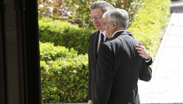 El ministro de Justicia, Alberto Ruiz-Gallardón (izda.), y el fiscal general del Estado, Eduardo Torres-Dulce