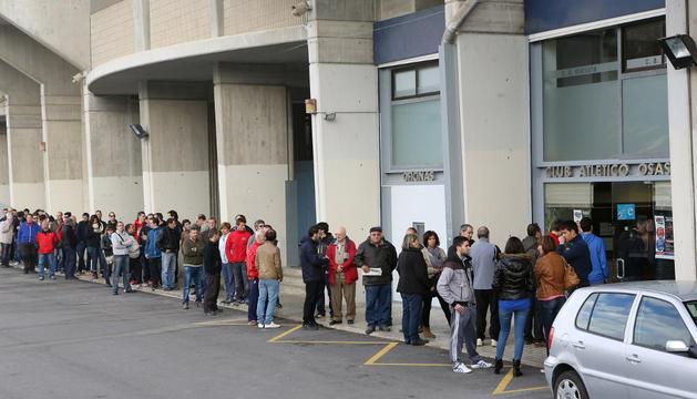 Hora y media de colas en El Sadar para comprar entradas a 10 euros
