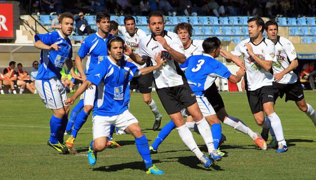 Jordi Martí, en el centro, pelea por la posición en un córner.