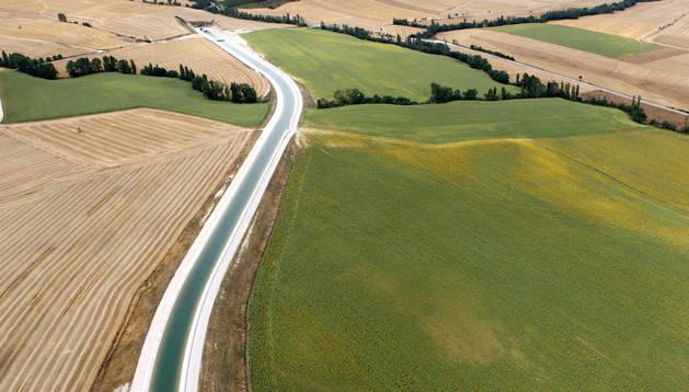 Canal de Navarra a su paso por Artajona