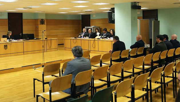 Los siete acusados se sentaron separados en la primera sesión del juicio