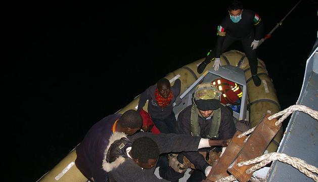 Rescate de inmigrantes en aguas italianas.