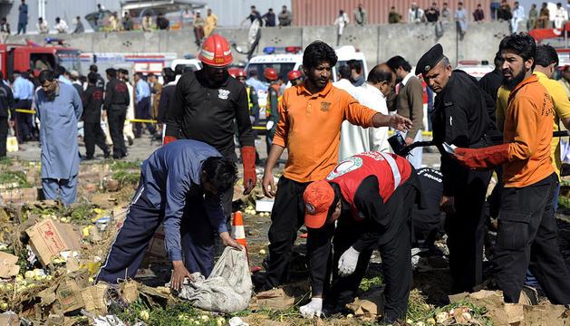 Policía y miembros de los servicios de rescate investigan el lugar donde se ha producido la explosión.