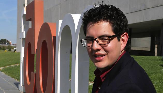 Andrés Juárez, junto a la Facultad de Comunicación, después de recibir el premio