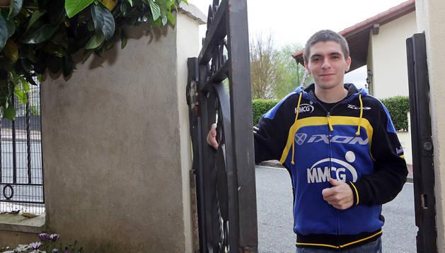 Alex Mariñelarena, en la puerta de su casa en Irurtzun. El piloto ya puede caminar sin ayuda