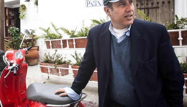El escritor italiano Federico Moccia conduce una vespa por las calles de la localidad gaditana de Vejer de la Frontera
