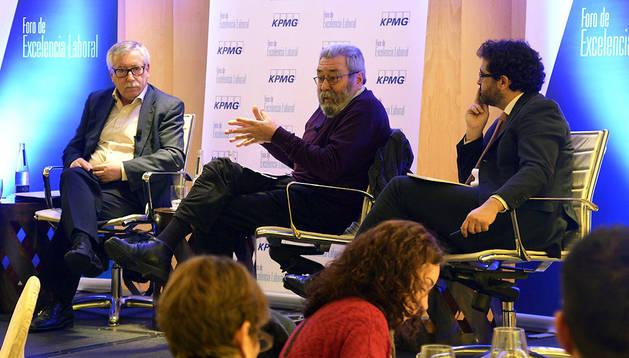 Los secretarios generales de CCOO y UGT, Ignacio Fernández Toxo (izda.) y Cándido Méndez (centro) y Javier Hervás, socio en el Área Laboral de KPMG Abogados