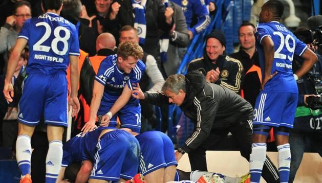 Mourinho celebra el gol de Ba contra el PSG