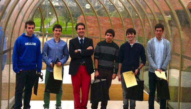 Ángel Albéniz, segundo por la derecha, con su diploma