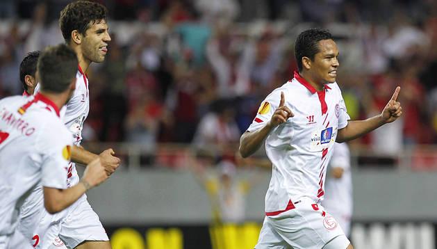 El colombiano Carlos Bacca (dcha.) corre para celebrar uno de los goles del encuentro