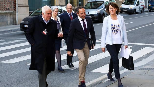La presidenta Yolanda Barcina, los consejeros Juan Luis Sánchez  de Muniáin y Luis Zarraluqui, y la vicepresidenta Lourdes Goicoechea, cruzando ayer por la mañana la carretera, en Yanguas y Miranda, camino del Parlamento
