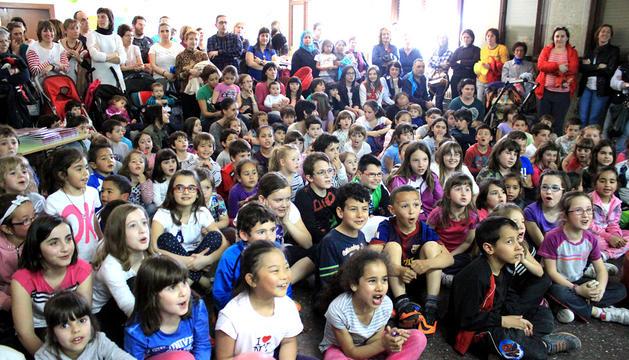 Asistentes al acto de presentación del proyecto en el colegio de Ribaforada