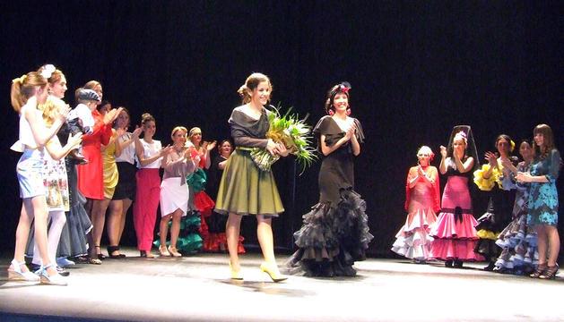 Ana Melero, en el centro de la foto con un ramo de flores, rodeada de modelos con sus diseños