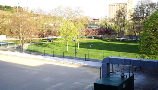 Instalaciones del Ereta. Las piscinas (en primer plano) se sellaron y permanece la zona verde.