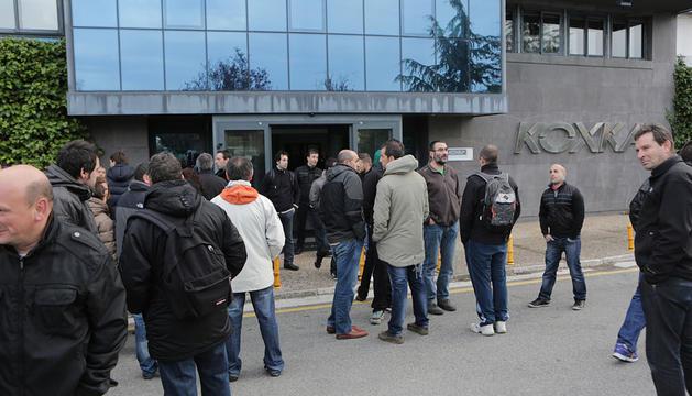 Los trabajadores, en el exterior de la factoría de Koxka en Landaben