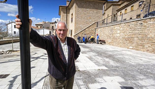 Javier Urabayen Gil en el centro de Luquin, el lugar de reunión de los mayores del pueblo