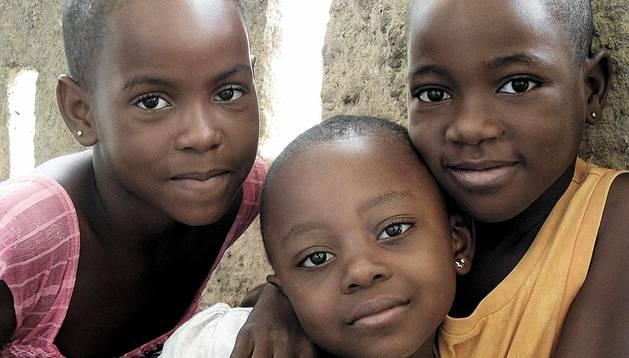 Tres niñas del orfanato de Nkué, gestionado por las hermanas de María Inmaculada
