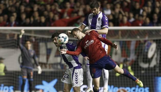 Oriol Riera lucha por una pelota en el partido ante el Valladolid