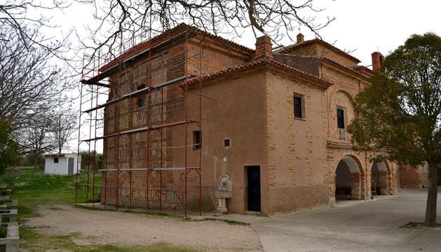 La empresa adjudicataria de los trabajos de rehabilitación de la ermita, Construcciones Piedralén de Marcilla, ya ha instalado andamios alrededor del edificio.