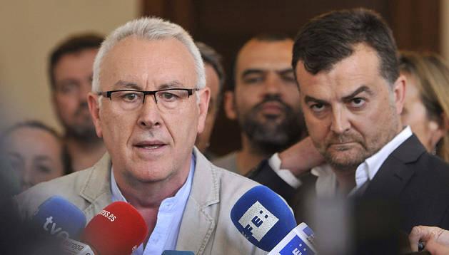 El coordinador general de IU, Cayo Lara, y el líder regional, Antonio Maillo (d), atienden a los medios tras la reunión en el Parlamento andaluz