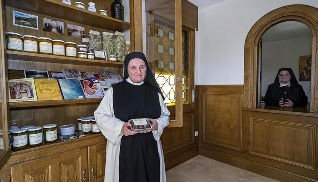 Presentación de la campaña en el exterior del monasterio. La abadesa Mari Carmen Echegaray entre la alcaldesa de Guesálaz, Mariví Goñi (izda.), y la técnica de Tierras de Iranzu Charo Apesteguía.
