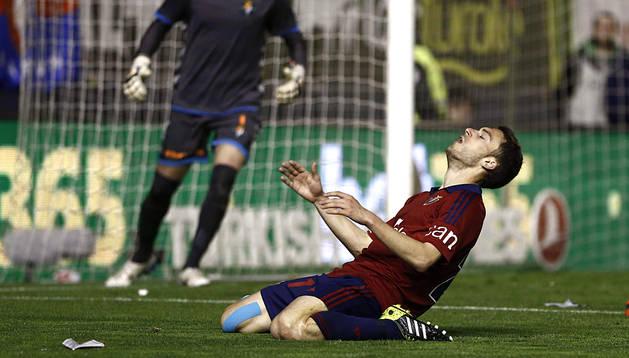 Roberto Torres se lamenta tras fallar una ocasión mientras el meta Jaime da instrucciones a su defensa