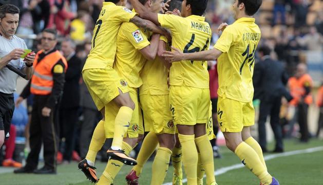Los jugadores del Villarreal celebran el gol.