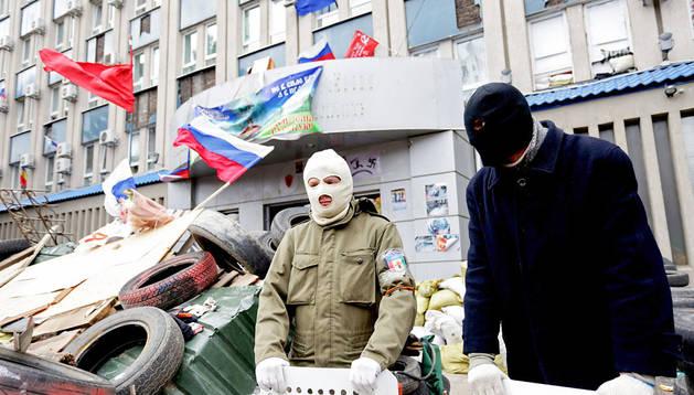 Activistas prorrusos defienden una barricada ante la comisaría de Lugansk (Ucrania)